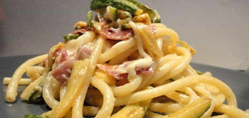 Bucatini con zucchine, speck e scamorza